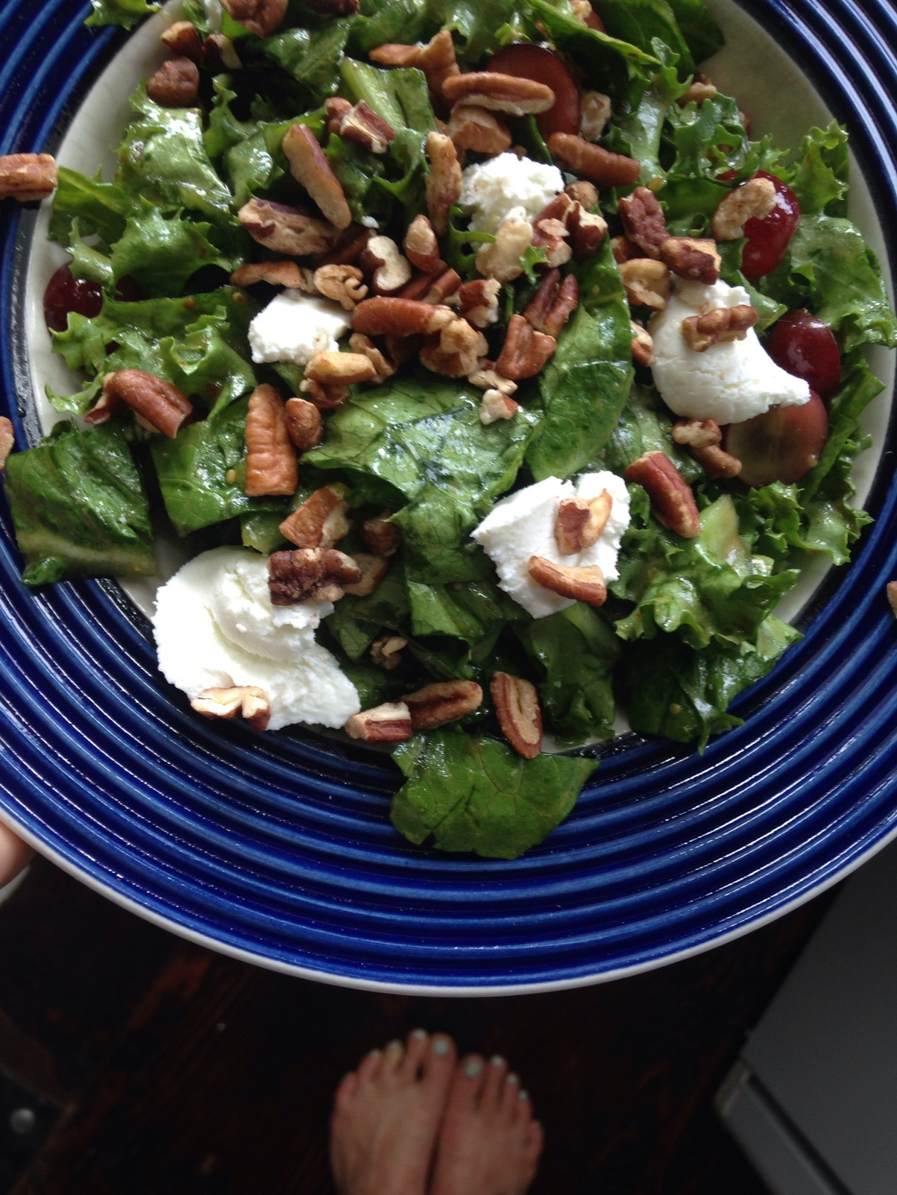 Endive, lettuce and grape salad with goat cheese and pecans